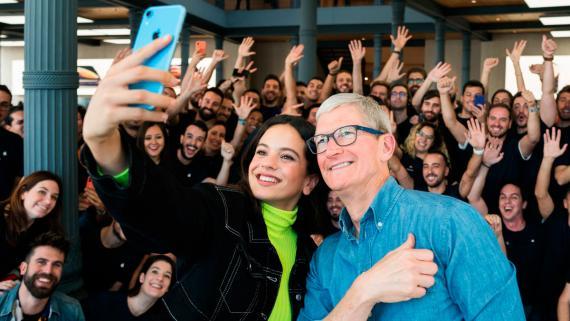 Rosalía y Tim Cook, en la Apple Store de la Puerta del Sol de Madrid.