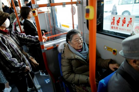 Una señora en autobús