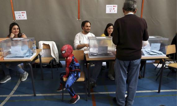 Una de las imágenes del superdomingo electoral del 26 de mayo fue este niño que acudió al colegio electoral vestido de Spiderman.