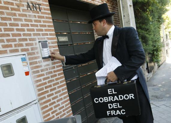 Un trabajador de la empresa El Cobrador del Frac toca el timbre de una vivienda en Pozuelo de Alarcón (Madrid).