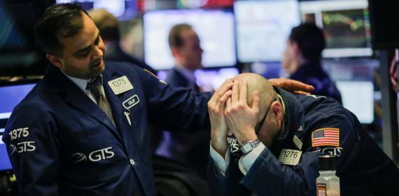 Un trader consuela a otro trader en la bolsa.
