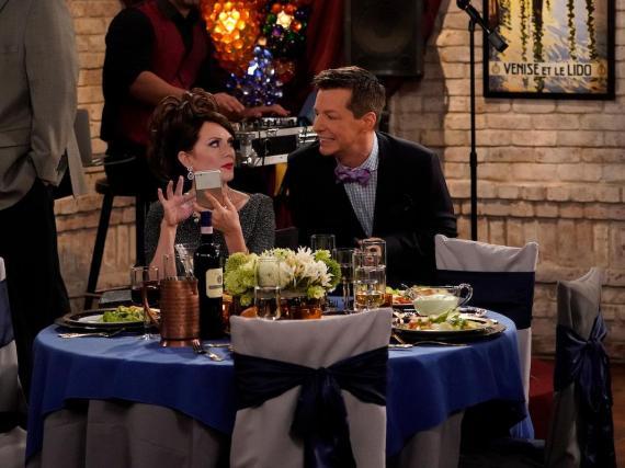 """Karen de """"Will & Grace"""" estaba distraída con su teléfono en la recepción de esta boda."""