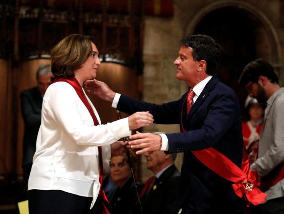 Ada Colau y Manuel Valls se saludan durante la sesión constitutiva del Ayuntamiento de Barcelona.