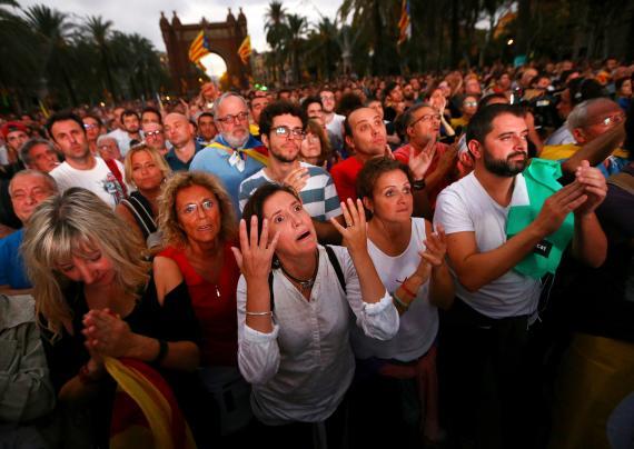 Partidarios de la independencia de Cataluña, desilusionados después de que Puigdemont declarara primero la independencia y acto seguido la suspendiera en octubre de 2017.