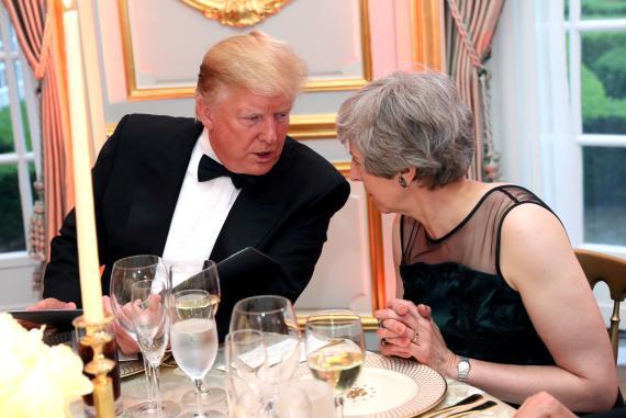 El presidente de Estados Unidos, Donald Trump, y la primera ministra británica, Theresa May, hablan en una cena auspiciada por él y la primera dama Melania Trump en Winfield House, durante su visita de estado a Reino Unido.