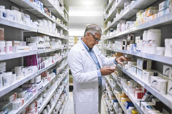 Farmacéutico consulta prospectos.