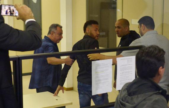 El futbolista Neymar da Silva en una comisaría de Río de Janeiro