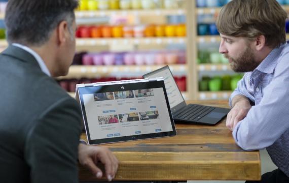 HP: dos hombres mirando el ordenador