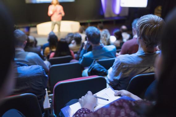 jóvenes en auditorio