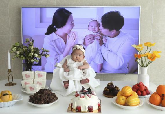 Lee Yoon Seol se sienta para celebrar que tiene 100 días de edad. Cumplió dos años dos horas después de haber nacido el 31 de diciembre de 2018.