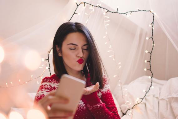 Mujer mandando un beso a través de la pantalla