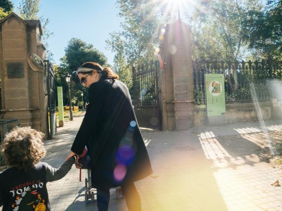 Una mujer pasea a su hijo