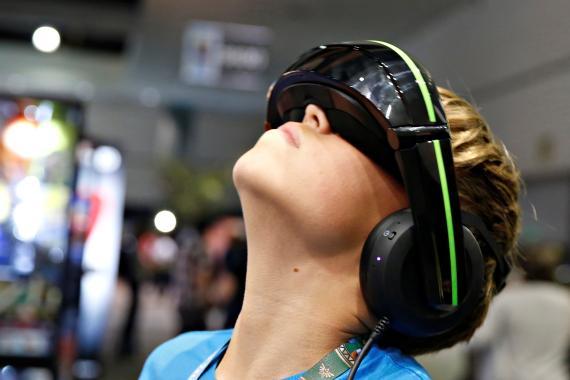 Un niño prueba la realidad virtual.