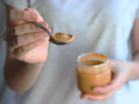 La mantequilla de cacahuete puede darte vitamina B.