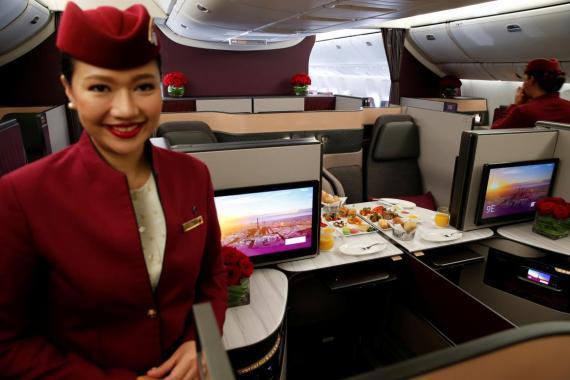 Una azafata de la tripulación de Qatar Airways.