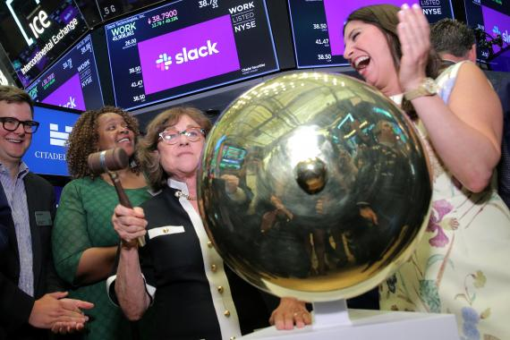 Norma Butterfield, madre del CEO de Stewart Butterfield, hace sonar la campaña en la salida a bolsa de Slack Technologies Inc. en la bolsa de Nueva York.