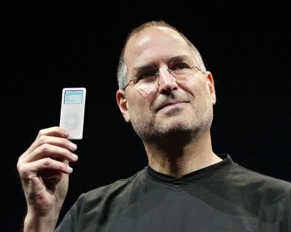 Steve Jobs, cofundador de Apple, presenta en 2005 el iPod Nano.