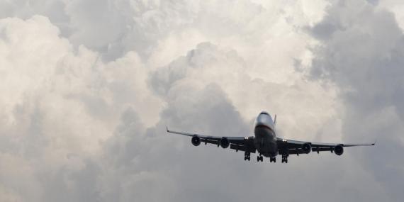 Un pasajero consiguió grabar este terrorífico vídeo de unas turbulencias que incluso lanzan a una azafata contra el techo del avión