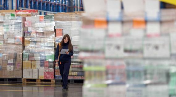 Trabajadora en un espacio logístico de Mercadona