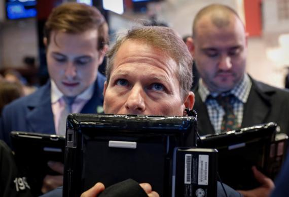 Un trader observa las pantallas de Wall Street