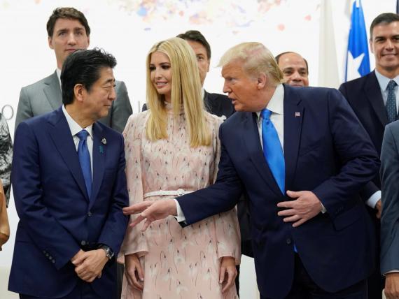 El presidente de Estados Unidos, Donald Trump, habla con el primer ministro de Japón, Shinzo Abe, en presencia de la Ivanka Trump, asesora de la Casa Blanca.