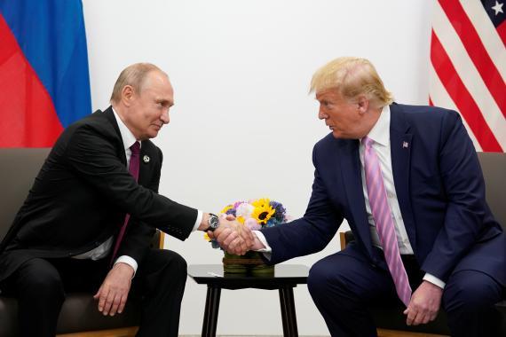 Los presidentes Vladímir Putin y Donald Trump, este viernes durante la reunión del G20 en Osaka (Japón).