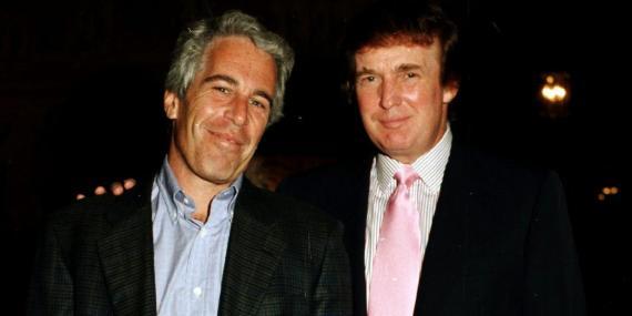 El millonario Jeffrey Epstein y Donald Trump en el resort de este último en Florida en 1997