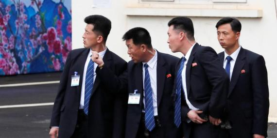 Los guardaespaldas de Kim Jong Un a la llegada de este a la estación de Dong Dang, Viertnam, el 2 de marzo de 2019.