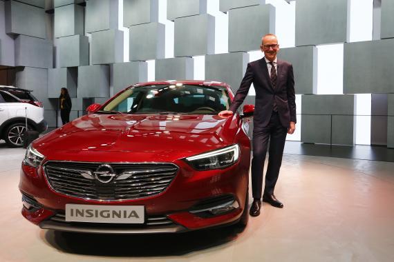 CEO del Grupo Opel frente a un Opel Insignia