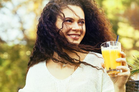 Chica bebiendo zumo
