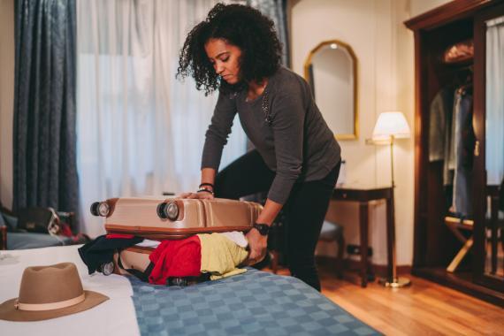 Chica haciendo la maleta