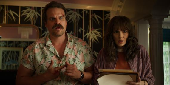 Hopper y Joyce en Stranger Things 3.