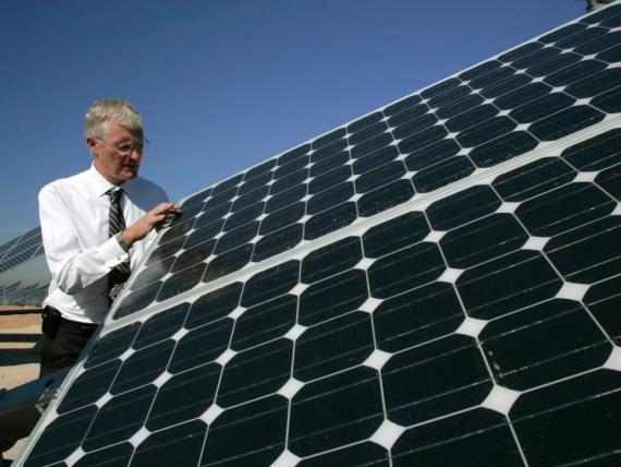 Un ingeniero de sistemas de energía solar.