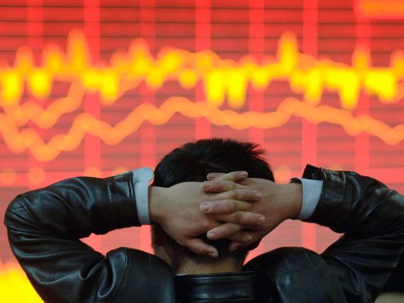 Un inversor chino mira la evolución de los mercados en una pantalla