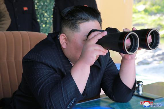Kim Jong Un, supervisa un ejercicio militar en Corea del Norte, en esta foto del 10 de mayo de 2019 proporcionada por la Agencia Central de Noticias de Corea (KCNA).KCNA