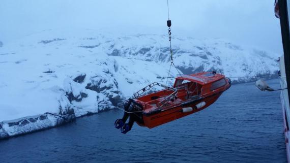 Un bote salvavidas siendo sacado del agua.