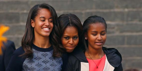 Michelle Obama con Malia (derecha) y Sasha Obama.