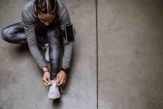 Mujer preparándose para correr.