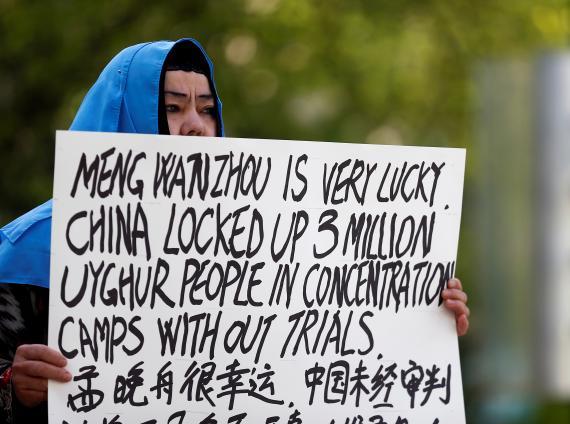 Dilibair Yusuf sujeta un cartel en protesta por el trato de China a los miembros del grupo Uighur en la provincia de Xinjiang.