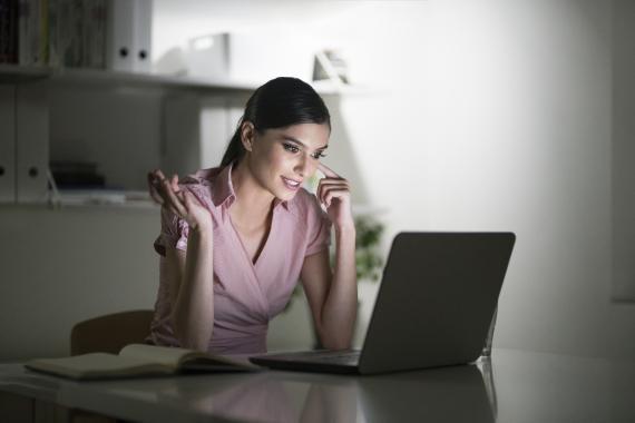 Una mujer trabaja con un ordenador portátil.