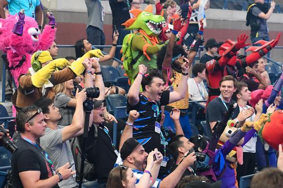 La familia de Aqua y  Nyhrox celebra su victoria.