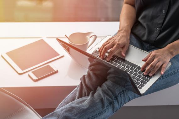 Ordenador portátil freelance café oficina trabajo