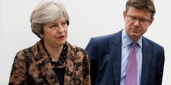 La primera ministra en funciones Theresa May y el secretario de Empresas Greg Clark.