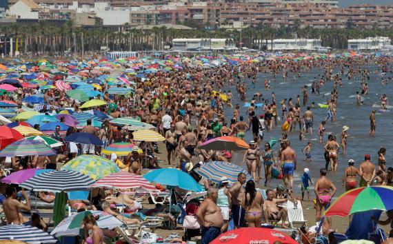 La playa de Valencia llena de turistas durante el verano de 2016.