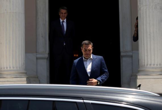 En primer plano, el primer ministro saliente de Grecia, Alexis Tsipras, y de fondo su sucesor, Kyriakos Mitsotakis
