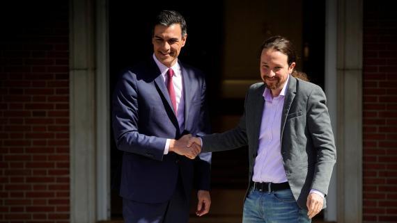 Sánchez recibe a Iglesias en el Palacio de la Moncloa.
