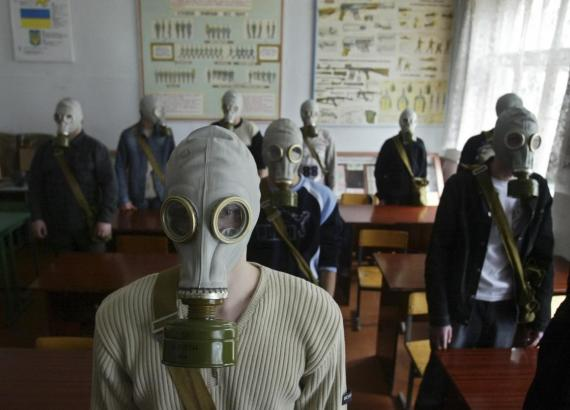 Escolares llevan puesta una máscara de gas durante un entrenamiento de seguridad nuclear en una zona cercana a la planta nuclear de Chernóbil.