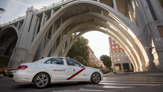 Un taxi con el logotipo de Free Now circula por Madrid.