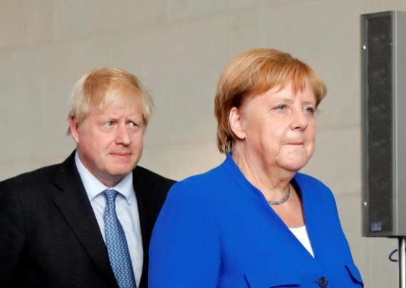 El primer ministro británico, Boris Johnson, y la canciller alemana, Angela Merkel.