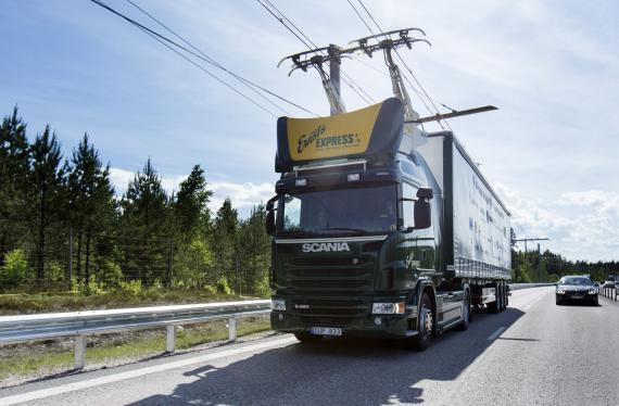 Un camión circula por una carretera electrificada, en Suecia.